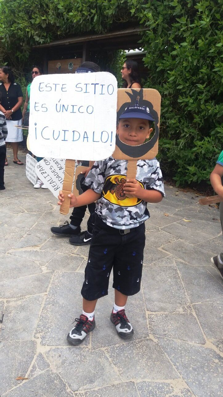 A child dressed up as an iguana asking for the protection of the Galapagos Islands.