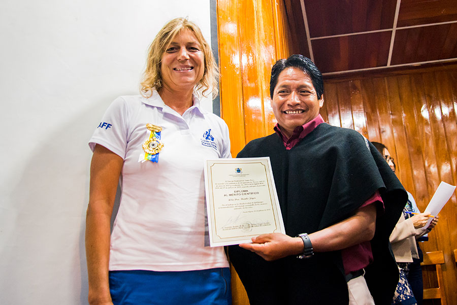 City councillor José Masaquiza awards Dr.  Heinke Jäger with her Scientific Recognition diploma.