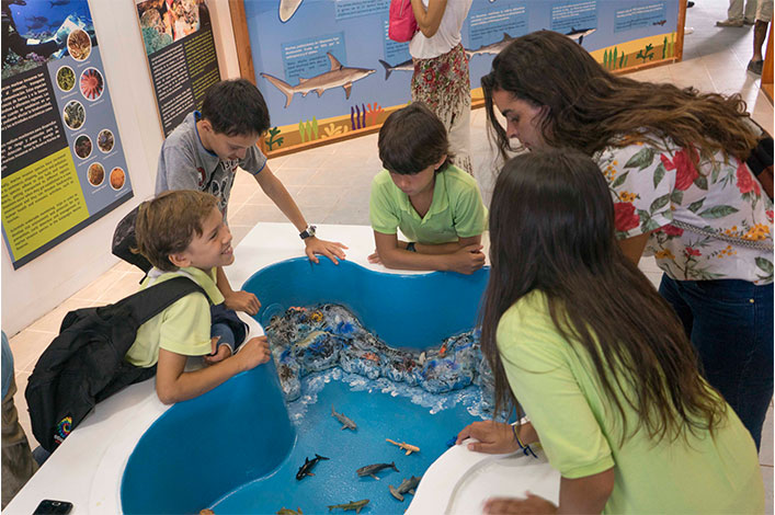 Students from Tomas de Berlanga school visiting the new exhibition for World Oceans Day.