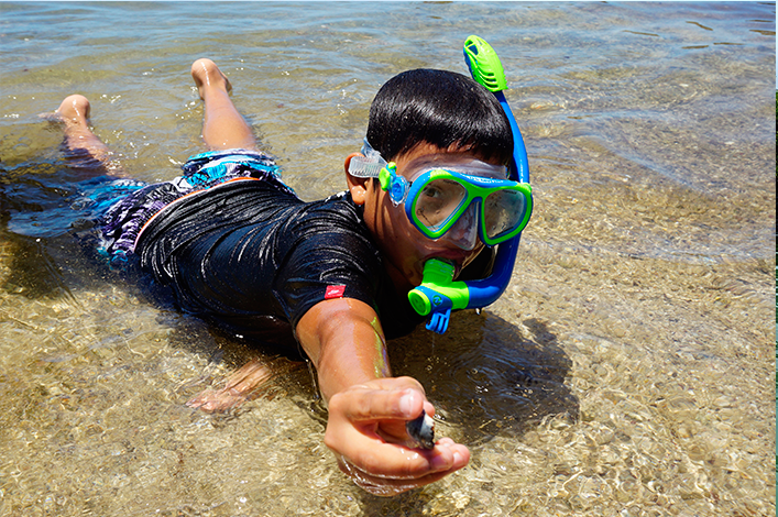 Student of the school Julio Puebla Castellanos, El Cascajo, in the highlands of Santa Cruz, snorkeling during the class of marine invertebrates in mangroves in