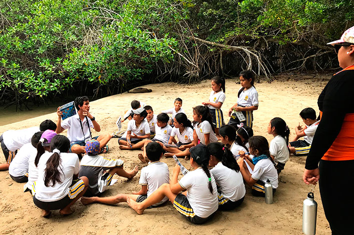 Students from Jacinto Gordillo School in Isabela learning about marine ecosystems with Luis Cevallos, member of the marine education team