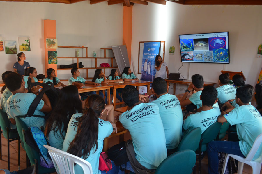 Talk to students from Puerto Villamil
