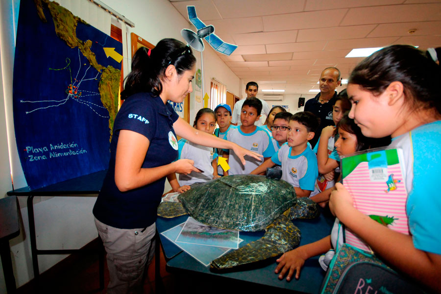 Explaining about sea turtle migration strategies to students from Puerto Ayora, Santa Cruz Island